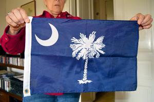 Så här ser delstatsflaggan för South Carolina ut. Den historiska delen av Charleston, där Susan bor, har cirka 20 000 invånare,  men hela sex miljoner turister besöker stan varje år.
