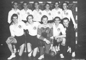 ÖSK Handboll på en bild från början av 50-talet. Stående från vänster; Nils Hedman, Peo Larsson, Gösta KIihlgård, Rune Bruce, Ingvar