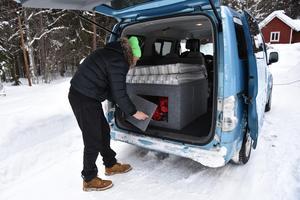 Bilen är också utrustad med kylskåp, trangiakök, vattenbehållare och så vidare