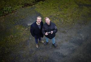 Daniel Lindau tillsammans med tv-reporter Pär Grännö när de testkör drönaren som kan sända in till studion.