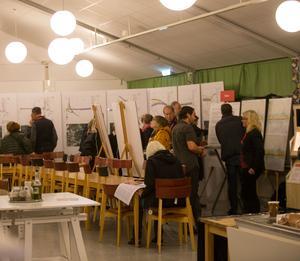 Det var öppet hus i Eneskolans matsal där Trafikverket hade olika stationer där man kunde ställa frågor om Ostlänken i detalj.