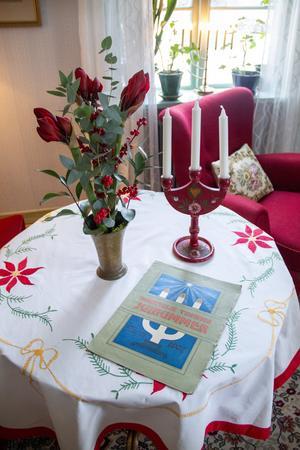 Josephina föredrar att pynta med dukar, blommor och ljusstakar.