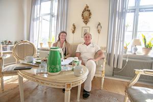 Bengt-Göran Wikström och Leena Bergander Wikström har haft politiken som gemensamt intresse. När han tvingades avsäga sig kommunalrådsposten innan han ens hunnit tillträdda tappade även hon lusten att hålla på med politik.