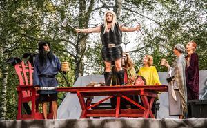 Tor (Albin Elfving) drar en tunggung-sång om hur stark han är. Grabbgänget i gudarnas Valhall hejar på – Stefan Hyttsten, Greger Tegelberg, Elias Carlsson, Sara Sundell och Elias Wireby.
