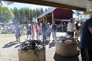 Köa för en kolbulle på Östomsjöns dag. Värt väntan. Bilden från i fjol.
