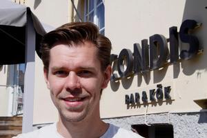 Henrik Estander driver sedan i fjol Condis bar & kök i Järvsö, och har sedan knappt ett halvår haft en post i utbildningsnämnden – som han nu lämnar.