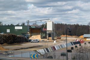 En runt 400 meter lång skyddsvall  håller på att sättas upp vid Brosågenområdet för att skydda fjärrvärmeanläggningen i Vansbro.
