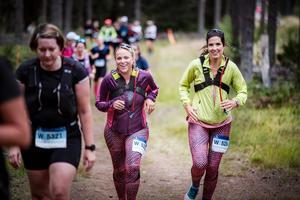 Av cirka 6 500 anmälda till helgens löpning i Vasaspåret så sprang 5634 i mål, efter 90 eller 45 kilometer – så Sara och Anna var inte direkt ensamma i spåret.