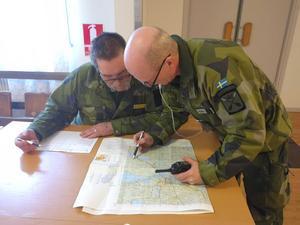 Militären fortsätter att hjälpa till i sökandet. Militära insatschefen Lars-Ove Olsson går igenom kartan tillsammans med Kent Lott torsdag förmiddag.
