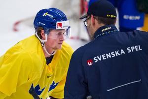 Linus Arnesson i samspråk med assisterande förbundskapten Peter Popovic under en av träningarna inför Karjala Tournament. Foto: Dennis Ylikangas/Bildbyrån
