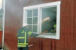 Brandmännen kunde ganska snabbt ta sig in och släcka branden.