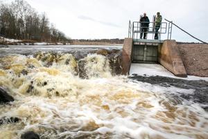 Nu är det extremt höga flöden och vattnet breddar över bredvid luckorna.
