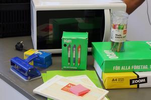 Några av gåvorna som har kommit in till MT's Djurartiklar efter branden.