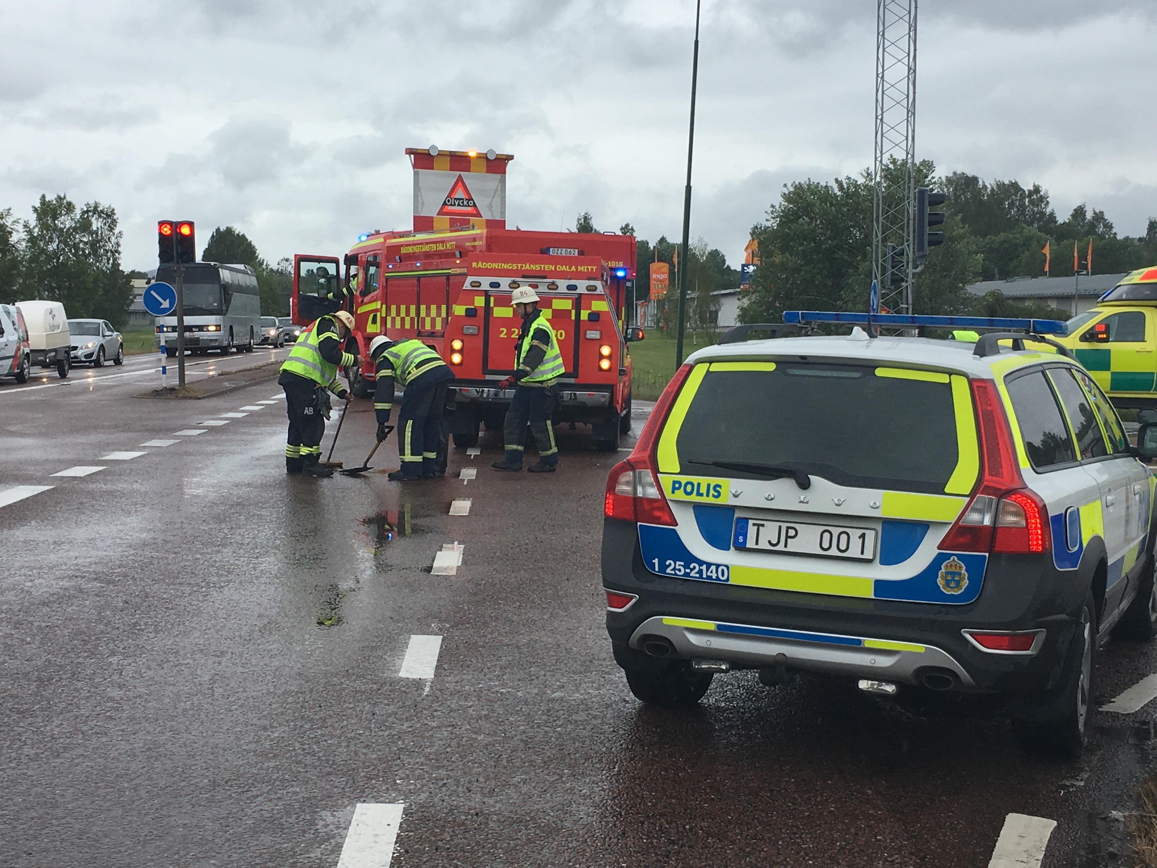 Personbil och ambulans i olycka