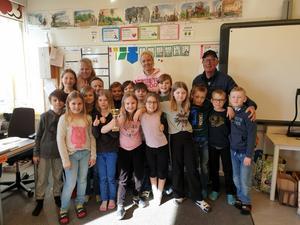 Järvedskolan klass 3 Segelbåten med fröken Lotta Hägglöv blev bäst i lågstadiet i vinteraktivieter med Piggelin. På bilden är också Pelle Bellander från Ångermanlands Skolidrottsförbund