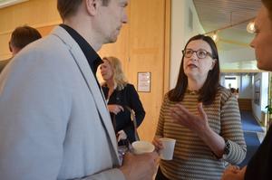 Utbildningsminister Anna Ekström (i mitten) samtalade med Johan Sonne, projektledare på Högskolan  Dalarna, och Sara Jons, vd för Ljungbergsfonden.
