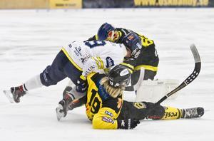 ÖSK på rygg mot Falun, här Johannes Camilton i underläge. Foto: Lennart Eriksson