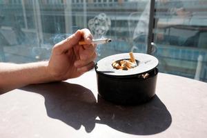 Rökarens värld blir allt trängre.