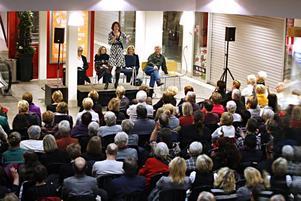 Martina Haag berättade för de 130 som kommit till Nian om sin andra roman.