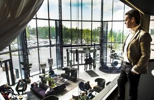 Från sitt arbetsrum blickar Patrik Attinin ut över den nya 16 meter höga foajén.