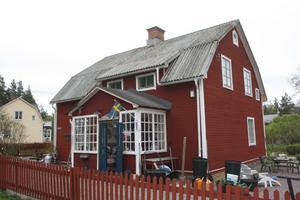I den här byggnaden har det funnits skola, affär, post och en telefonväxel en gång i tiden.