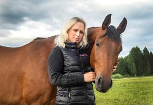 Hästintresset tog Jenny Johansson vidare till fotograferingen. Från att ha själv tävlat i dressyr på ponny, fotograferar hon nu både på hopp- och dressyrtävlingar. Här med en av familjens tre hästar. Foto: Annika Persson