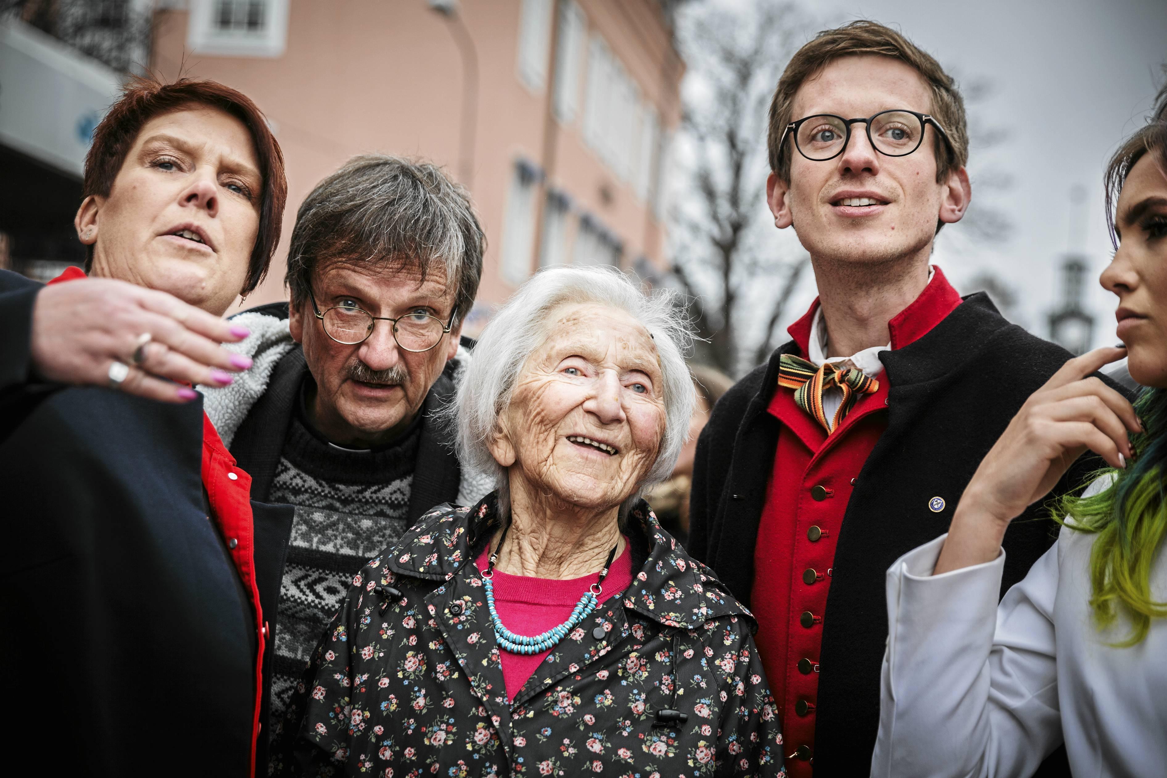 Första maj i fjol, Hédi Fried, riksdagsledamoten Maria Strömkvist (S), kyrkoherde Gunnar Persson och Gabriel Ehrling Perers kollar in nazisternas manifestation.