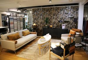 Vardagsrum med bruna nyanser och en glansig matta.