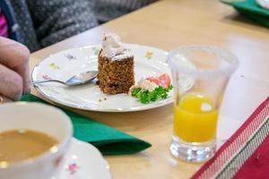 Kaffe och kaka på guldkantat porslin.