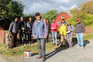 Hösten 2015. Otto Carneheim tillsammans med nyanlända i arbete med att restaurera staketet runt Svanberga gästgiveri. Foto: Frida Svensson