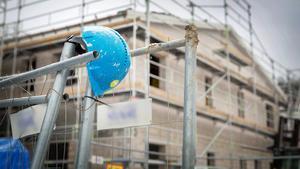 Södertälje kommuns bygglovsenhet beslutade om omedelbart byggstopp vid en byggarbetsplats i Glasberga. Besöket gjordes tillsammans med Arbetsmiljöverket som påpekade flera brister och kräver åtgärder samt med polisen och gränspolisen som omhändertog åtta personer.