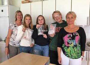 Nu väntar niorna på Mockfjärdsskolan på resultaten. Fr v läraren Pia Peters, Alva Göransson, 9B, Hanna Westerberg, 9B , Elias Redhe, 9A. och bildlärare Stina Törnblom.