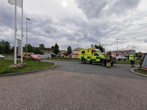 Ambulans, räddningstjänst och polis larmades till centrala Avesta på torsdagseftermiddagen efter att en cyklist kolliderat med en bil.