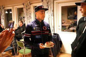 Tre dagar efter hela karriärens höjdpunkt kan till och med en elitidrottare kosta på sig att äta tårta, trots att det är mitt under säsong.