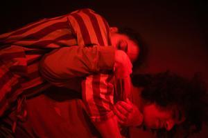 Destiny af Kleen bidrar med dansmoves till föreställningen. Bild: Nemo Stocklassa Hinders