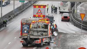 Bussens skadade bakparti undersöks efter olyckan medan räddningstjänsten sanerar vägbanan, trafiken stängdes av en kortare stund under saneringen. Under det inledande räddningsarbetet kunde trafiken passera i vänster körfält. Sedan bärgning skett var vägen åter fullt framkomlig. Personbilarna bakom bussen är inte inblandade i olyckan.