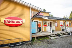 Butiken ligger i samma byggnad som byns bygdegård.