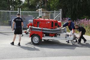 Motorspruta från MSB har kommit till Svegs brandstation och lastas av ur en container.