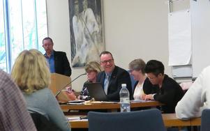 Riksdagsledamot Olle Thorell (S) ledde Surahammars kommunfullmäktige för första gången på måndagen. En kontrast till fredagens träff med FN:s säkerhetsråd i Lund. På rådets första årliga informella arbetsmöte utanför USA mötte han såväl den amerikanska som den ryska FN-ambassadören.