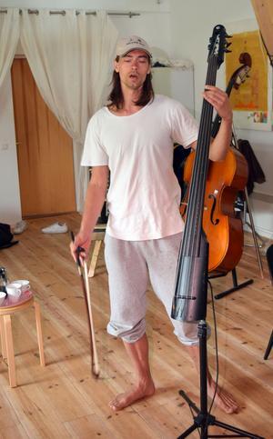 Gustaf Norén beskriver sig själv som en urban spelman och berättar att första gången han besökte Månsgården stod han och skrek – av lycka över att han här kunde uttrycka sig och musicera utan att störa grannar.