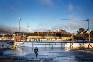 I det milda vintervädret är Månskensrinken i Södertälje en av få isar som bestått i kommunen. Tur det, för skridskosugna jullovsbarn.