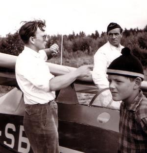 Billy Nilsson instruerar blivande segelflygare på Olofsfors.