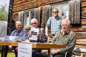 Fyra av medlemmarna i Hembygdsföreningen som under vintern jobbat med att framställa den nya skriften. Bo Eriksson, Göran Mann, Tage Fjellner och Bertil Höglund.