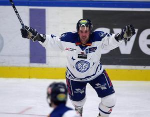 Christer Olsson jublar i LIF-tröjan. Foto: Bildbyrån.