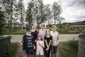 Till vänster: Gerd Johansson, Madeleine Carlsson, Sebastian Hasth 13 år. Till höger, främre raden: Max Johansson, 11 år, Tindra Johansson, 6 år, Julia Johansson, 9 år.