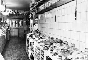 1943. Jul inne hos A-B A Gustafssons på Slottsgatan 21Foto: Eric Sjöqvist, Örebro. (Bildkälla: Örebro stadsarkiv)