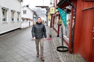 Tomas Johansson, centrumutvecklare i Norrtälje, går på Sjötullsgatan som leder ner till den nya stadsdelen Norrtälje Hamn. Nu pågår nästa