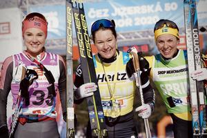 Tvåan Emilie Fleten till vänster i bild och Britta Johansson Norgren som segrade tillsammans med Lina Korsgren som blev trea (till höger). Foto: Visma Ski Classics