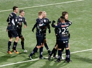 Måljubel i GIF efter Sebastian Sandlunds (tvåa från vänster) kvittering mot Dalkurd.
