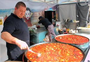 Rumänen Szöcs Cbaba, tillsammans med sin fru och syster, bjöd på en nytt inslag på årets matmarknad: transylvansk mat, bland annat med en rätt av fläskkött, vitlök, tomatsås och polenta. En annan rätt har fått namnet Grevens gryta efter Dracula.